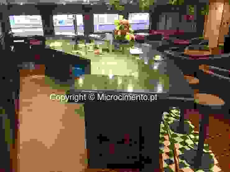 Balcão em Microcimento Salas de estar modernas por 4Udecor Microcimento Moderno