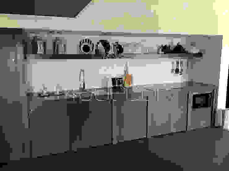 Bancada e móveis de cozinha revestidos a Microcimento Salas de estar modernas por 4Udecor Microcimento Moderno