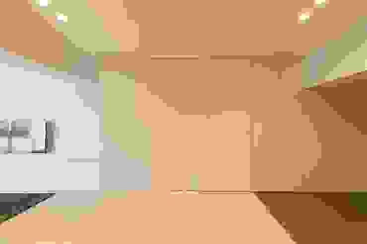Modern Kitchen by 有限会社ミサオケンチクラボ Modern Plywood