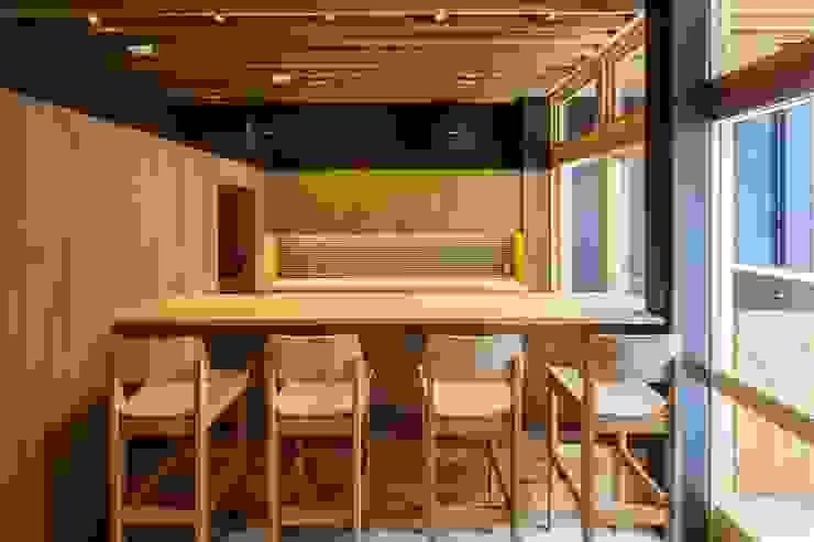 de 有限会社ミサオケンチクラボ Moderno Madera Acabado en madera