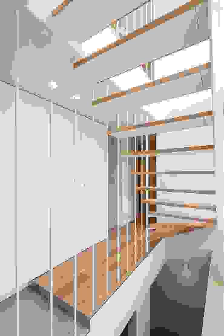 Pasillos, vestíbulos y escaleras modernos de 有限会社ミサオケンチクラボ Moderno Hierro/Acero
