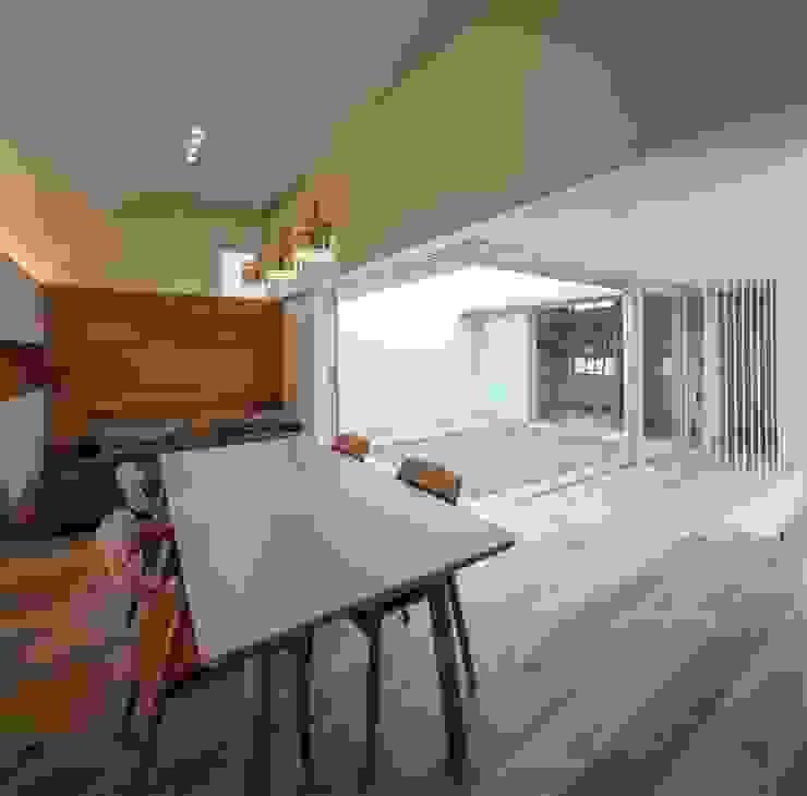 Livings de estilo moderno de 有限会社ミサオケンチクラボ Moderno Madera Acabado en madera