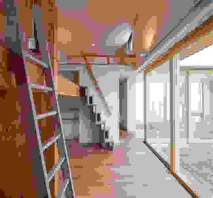 Dormitorios infantiles de estilo moderno de 有限会社ミサオケンチクラボ Moderno Madera Acabado en madera