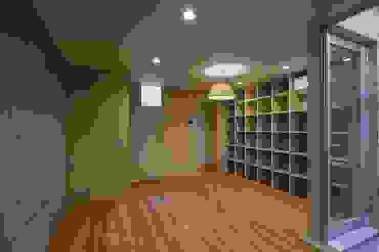 Oficinas y bibliotecas de estilo moderno de 有限会社ミサオケンチクラボ Moderno Concreto reforzado