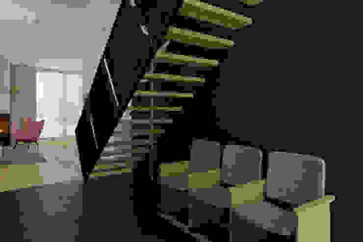 dom jednorodzinny 220 mkw Nowoczesny korytarz, przedpokój i schody od INSIDEarch Nowoczesny