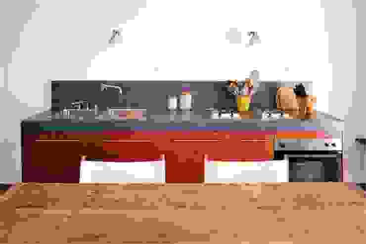 Cocinas de estilo moderno de Triade Architettura Moderno Madera Acabado en madera