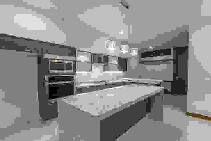 Cocinas de estilo moderno de 2M Arquitectura Moderno