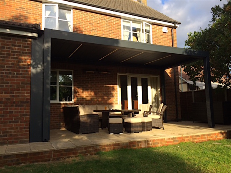 Outdoor Living Pod, Louvered Roof Patio Canopy Installation in Billericay, Essex. Jardines de estilo moderno de homify Moderno