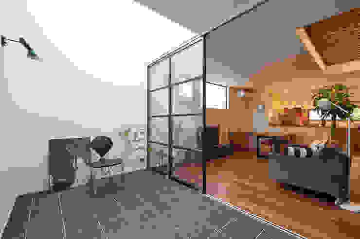 Paredes y pisos de estilo moderno de 株式会社スタジオ・チッタ Studio Citta Moderno