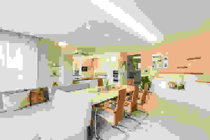 Größere Einheit mit moderner, gemütlicher Atmosphäre Modern Dining Room by Horst Steiner Innenarchitektur Modern