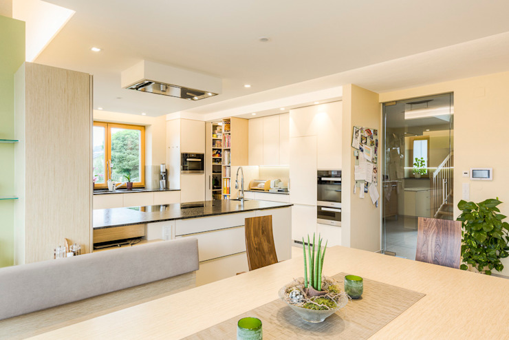 Größere Einheit mit moderner, gemütlicher Atmosphäre Modern Kitchen by Horst Steiner Innenarchitektur Modern