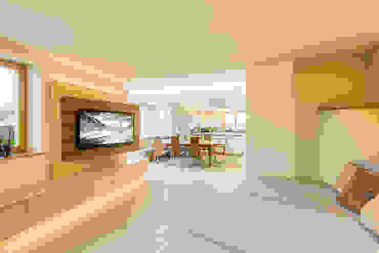 Größere Einheit mit moderner, gemütlicher Atmosphäre Modern Living Room by Horst Steiner Innenarchitektur Modern
