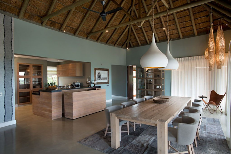 Mhondoro, een Lodge in Zuid-Afrika Moderne eetkamers van All-In Living Modern