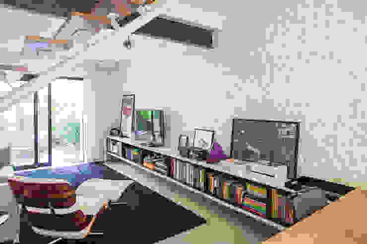 CASA PINHEIROS Salas de estar modernas por ivan ventura arquitetura Moderno Tijolo