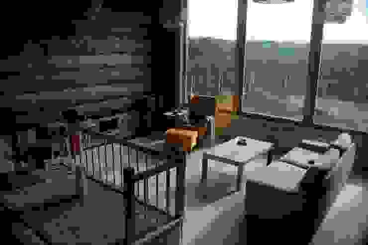 Organica Design & Build Salas de estilo moderno Madera Marrón