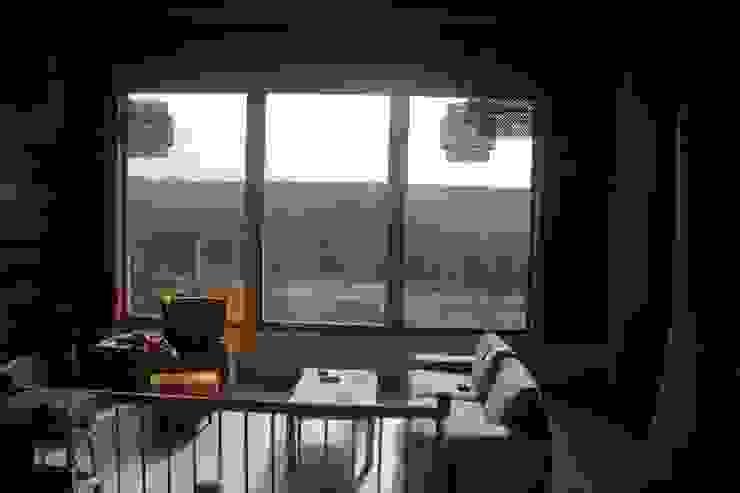 Organica Design & Build Salas de estilo moderno Madera Amarillo