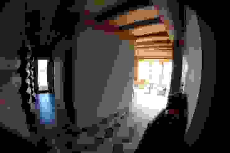 Organica Design & Build Pasillos, vestíbulos y escaleras de estilo rústico Madera Marrón