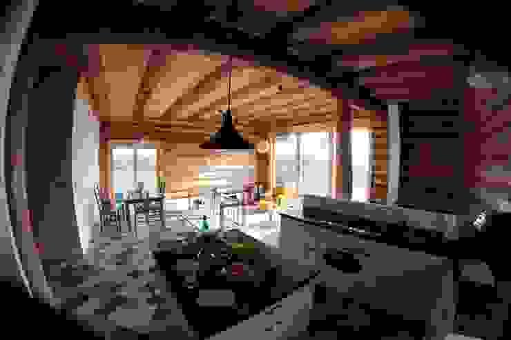 Organica Design & Build Cocinas de estilo rústico Madera Marrón