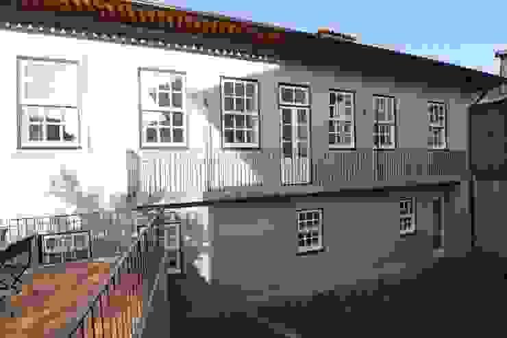 Reabilitação do Património Arquitectónico – Casa dos Araújo e Abreu – Centro Histórico de Guimarães Casas modernas por Atelier fernando alves arquitecto l.da Moderno