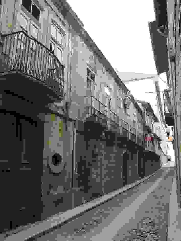 Reabilitação do Património Arquitectónico – Casa dos Araújo e Abreu – Centro Histórico de Guimarães por Atelier fernando alves arquitecto l.da