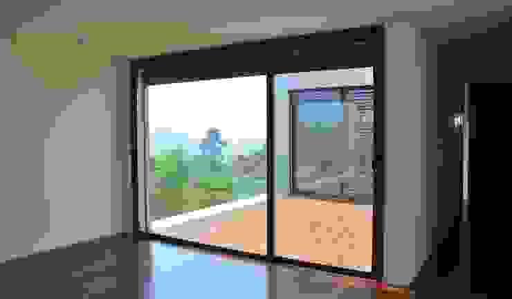 Moradia Unifamiliar Salas de estar modernas por Atelier fernando alves arquitecto l.da Moderno