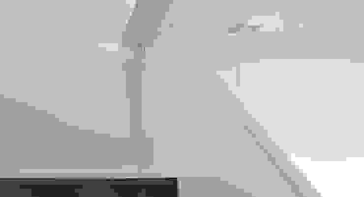 Moradia Unifamiliar Corredores, halls e escadas modernos por Atelier fernando alves arquitecto l.da Moderno