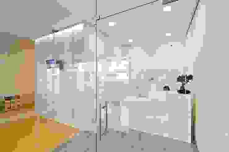 Clínica Médica e Dentária Escritórios modernos por Atelier fernando alves arquitecto l.da Moderno