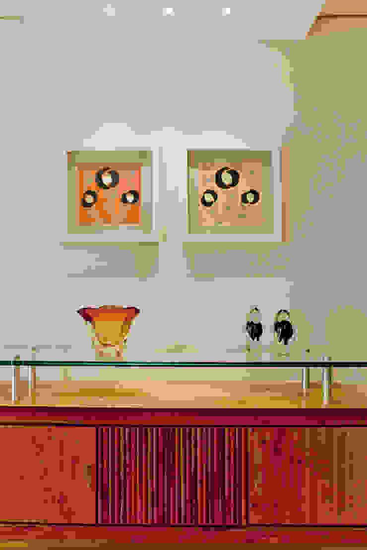 Sala de Jantar com aparador Enzo Sobocinski Arquitetura & Interiores Salas de jantar modernas Madeira Bege