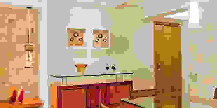 Sala de Jantar com aparador. Enzo Sobocinski Arquitetura & Interiores Salas de jantar modernas Madeira Bege