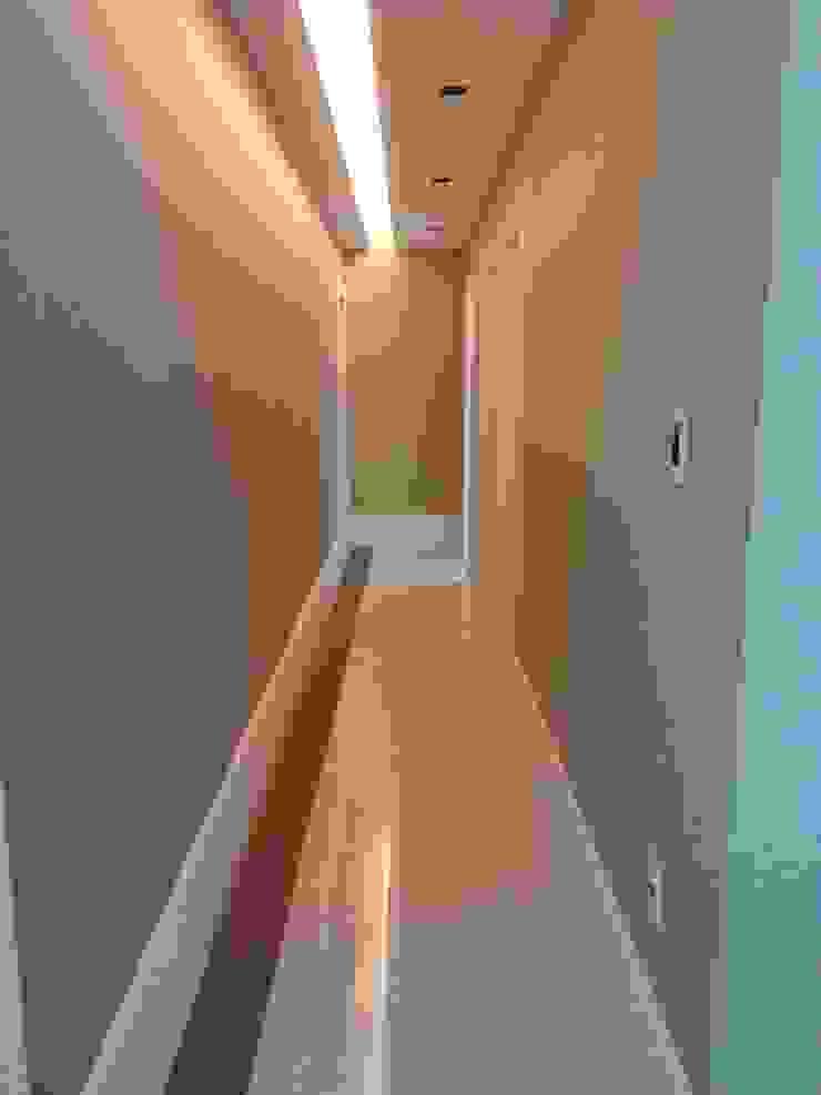 Minimalist corridor, hallway & stairs by Lucio Nocito Arquitetura e Design de Interiores Minimalist Concrete