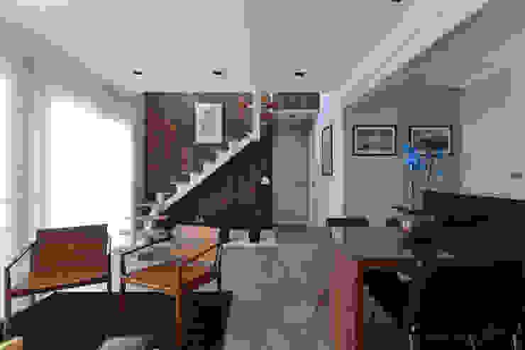 RAFAEL SARDINHA ARQUITETURA E INTERIORES Ruang Keluarga Gaya Rustic