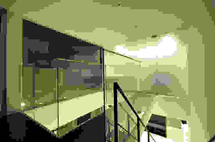 Pasillos, vestíbulos y escaleras modernos de 門一級建築士事務所 Moderno Vidrio