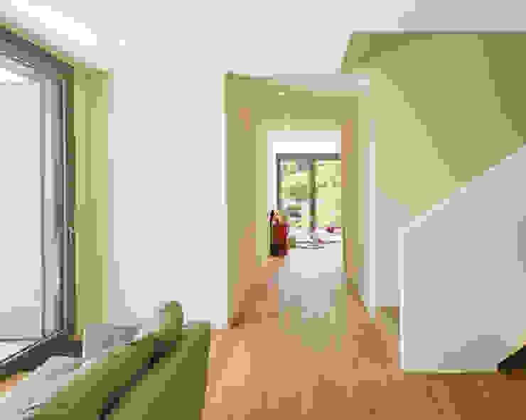 meier architekten zürich ห้องโถงทางเดินและบันไดสมัยใหม่ Beige