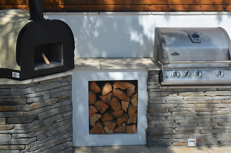 Pizza oven and BBQ モダンな庭 の Robert Hughes Garden Design モダン