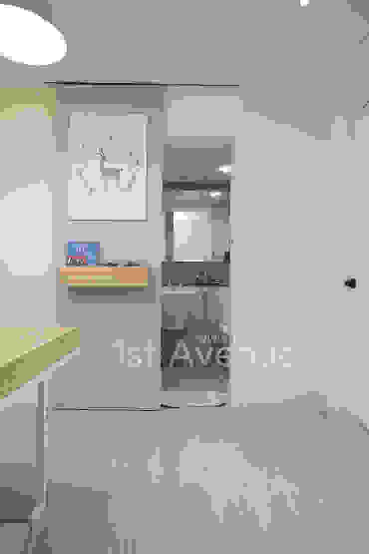 가족들에게 꼭 맞춰진 아이템들로 채워진 새집같은 우리집 리모델링 모던스타일 욕실 by 퍼스트애비뉴 모던
