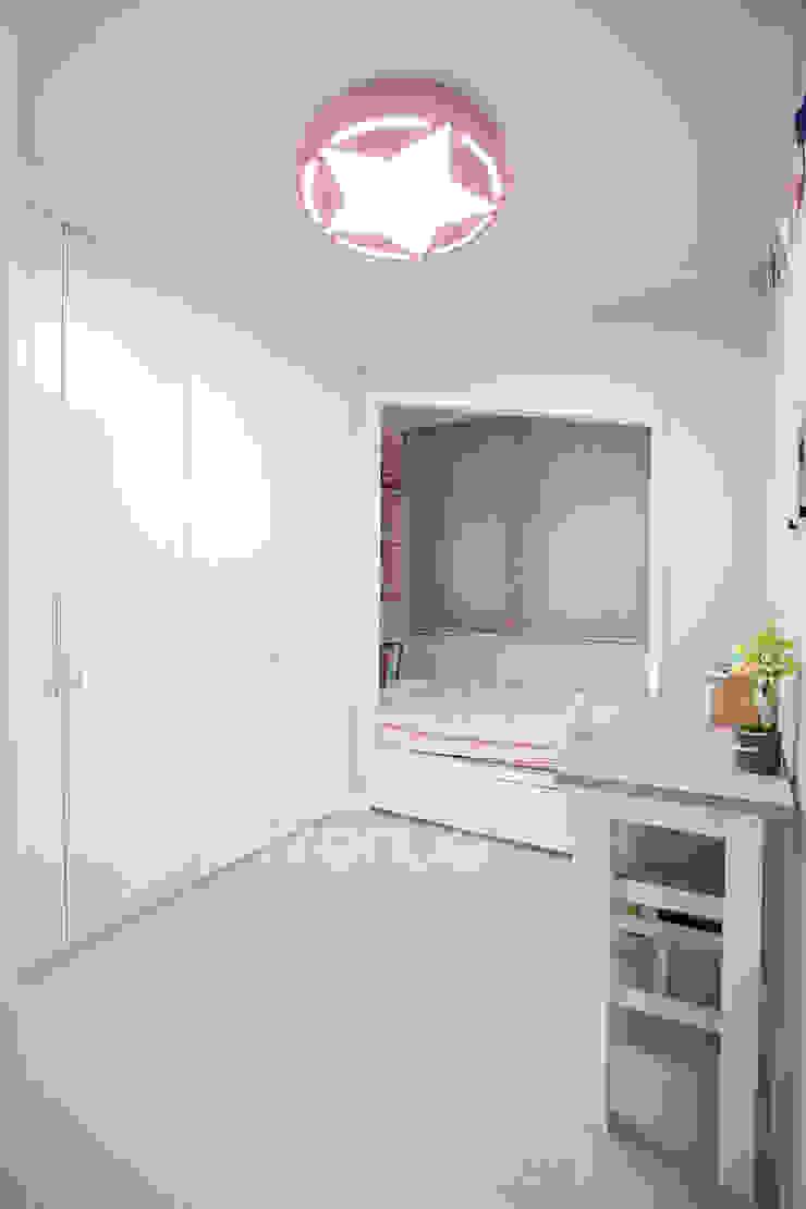 Dormitorios infantiles modernos: de 퍼스트애비뉴 Moderno