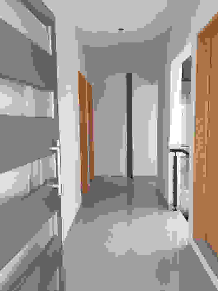 CASA EV Pasillos, vestíbulos y escaleras minimalistas de FERAARQUITECTOS Minimalista