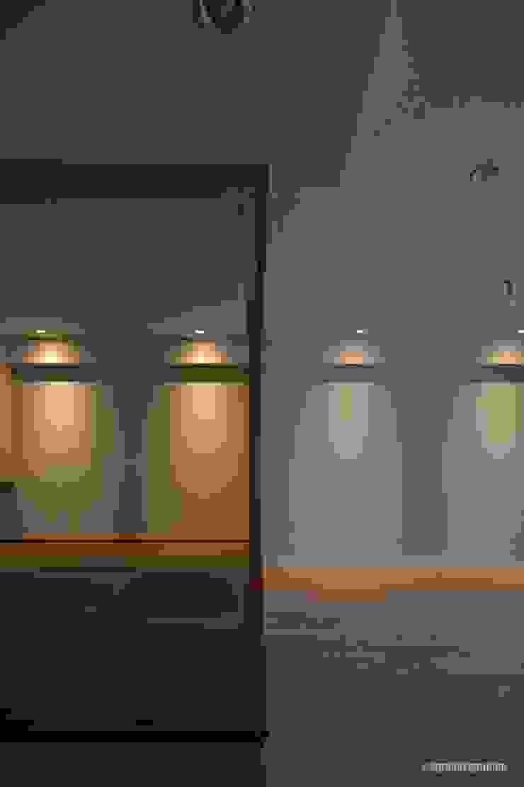 El espacio del estilo japonés simple se hace en un cuarto. アグラ設計室一級建築士事務所 agra design room Salas de estilo ecléctico