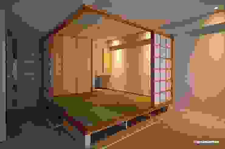El cuarto del estilo japonés que es compacto y de bajo presupuesto bastante. アグラ設計室一級建築士事務所 agra design room Salas de estilo ecléctico