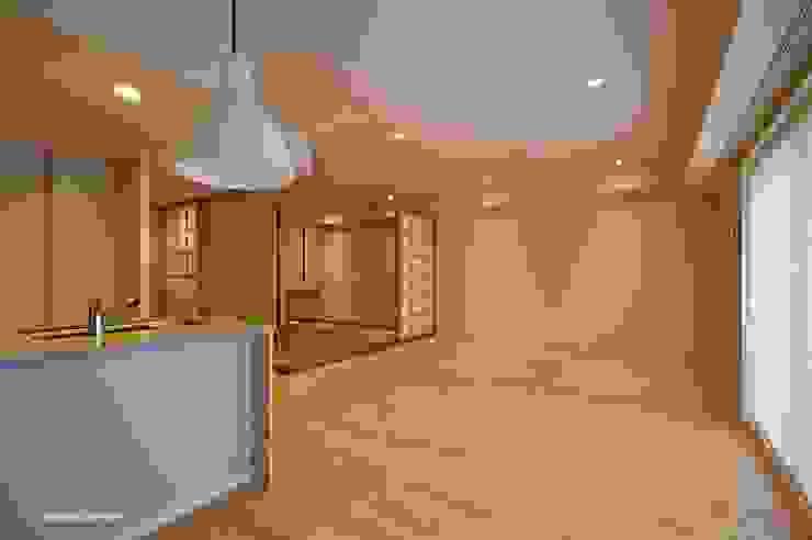 Coexisto bien con un cuarto del estilo occidental y hace el espacio estilo japonés. アグラ設計室一級建築士事務所 agra design room Salas de estilo ecléctico