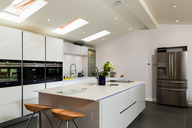 Nobilia Project 11 Gloss lacquer in white with continuous handle rail Dapur Modern Oleh Eco German Kitchens Modern MDF