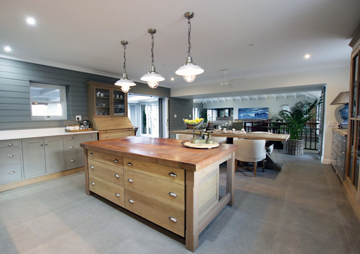 Kitchen:  Built-in kitchens by JSD Interiors, Country