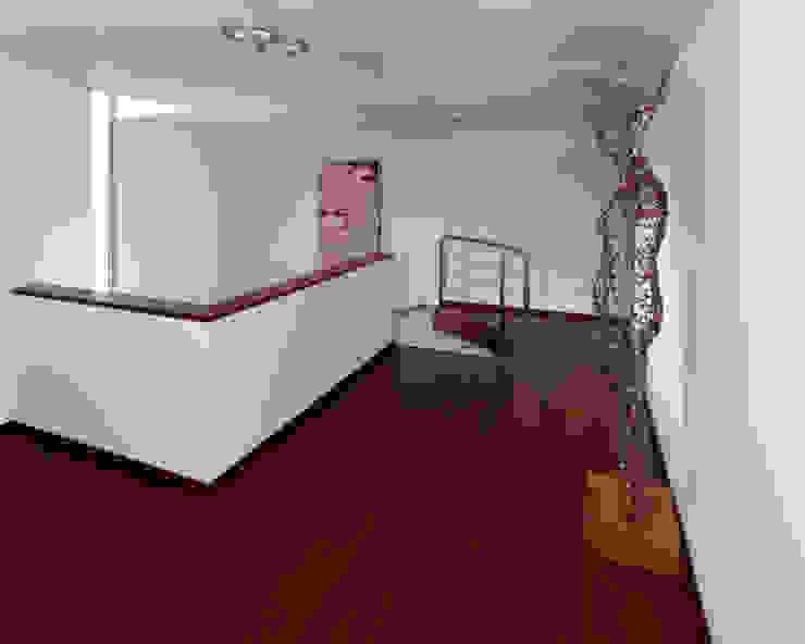 Hall piso superior - Projeto Casa das Artes Paredes e pisos ecléticos por Musa Décor Eclético