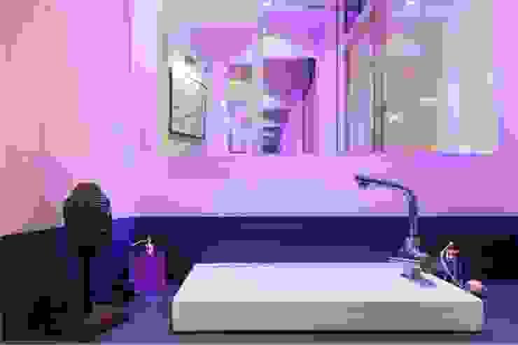 Cabinet de toilettes attenant à la salle d'eau Salle de bain classique par Casavog Classique Métal