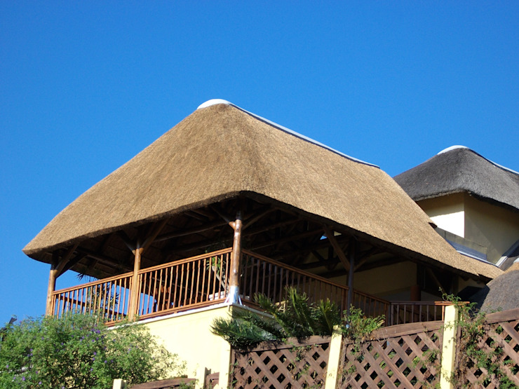 Thatch Lapa over veranda at Residential Home by Cintsa Thatching & Roofing Rustic