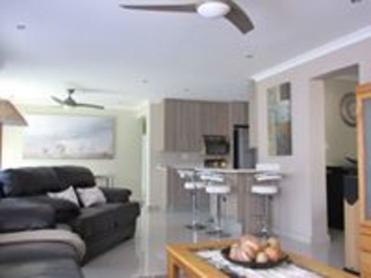 Extentions and Renovations Modern living room by DG Construction Modern