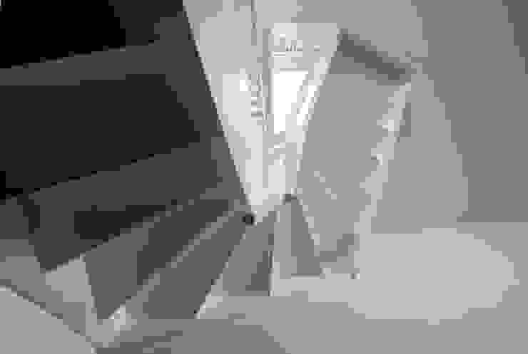 Treppe brandt+simon architekten Moderner Flur, Diele & Treppenhaus Weiß