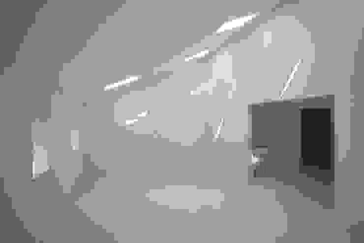 Bibliothek im Dachgeschoss brandt+simon architekten Moderne Arbeitszimmer Weiß