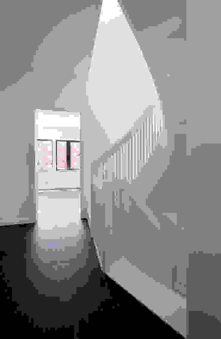stairs Modern Corridor, Hallway and Staircase by brandt+simon architekten Modern