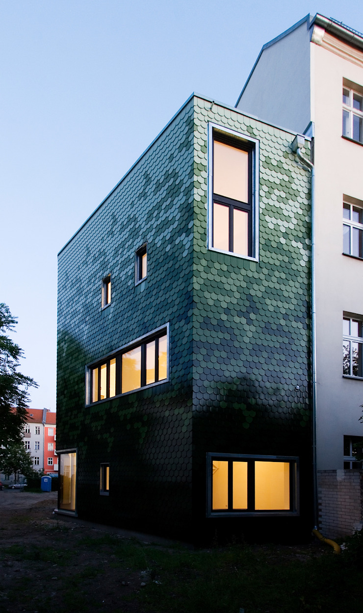 schuppen am Abend brandt+simon architekten Moderne Häuser Keramik Grün
